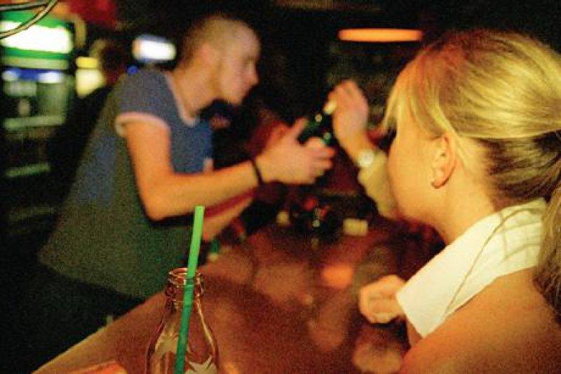 In einem unbeobachteten Moment werden manchen Frauen K.-o.-Tropfen ins Getränk gemischt. 15 bis 30 Minuten später setzen Bewusstseinsveränderungen ein, die Männern den sexuellen Missbrauch erleichtern. Foto: Caro