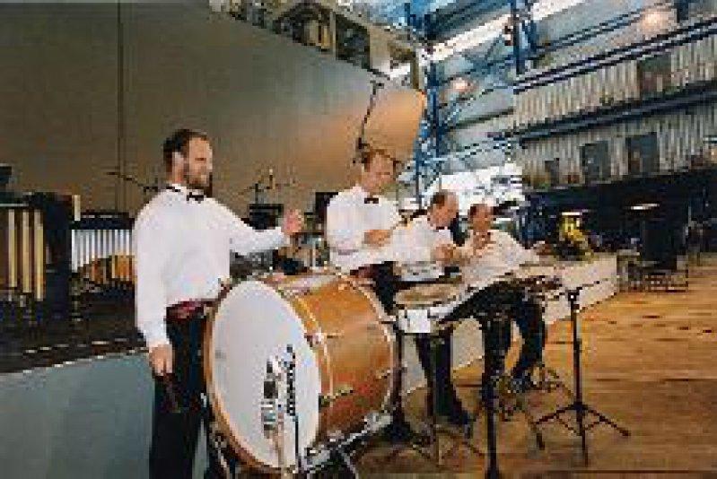 Das Percussion Projekt Rostock am Werk, nicht nur mit dem Säbeltanz, sondern wie hier mit Drumcorps on the march.