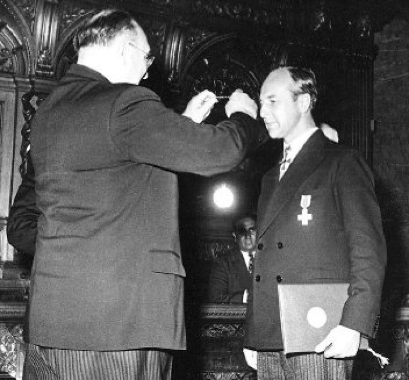 Hohe Auszeichnungen: 1954 wurde Kohler mit der Paracelsus-Medaille der deutschen Ärzteschaft ausgezeichnet. Im selben Jahr verlieh ihm Bundespräsident Theodor Heuss das Bundesverdienstkreuz. Foto: Archiv Deutsches Ärzteblatt