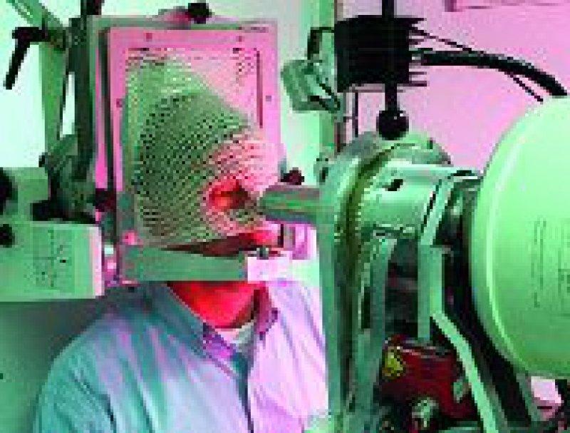 Mittels Protonenstrahl wird ein Augen-Tumor therapiert. Foto: dpa
