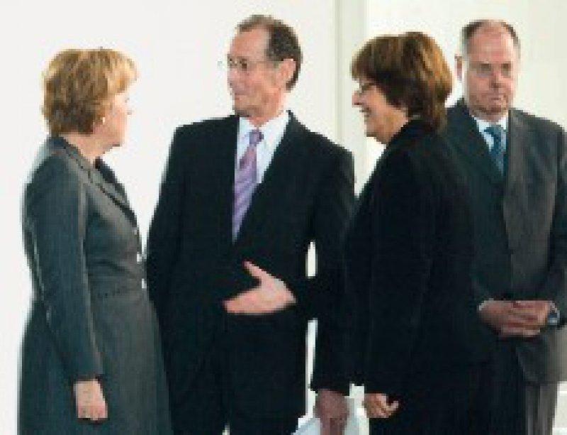 Schlechte Noten für die Gesundheitspolitik verteilte Ökonom Bert Rürup (2. v. l. links) an die Bundesregierung (hier von links Angela Merkel, Ulla Schmidt und Peer Steinbrück). Foto: Keystone