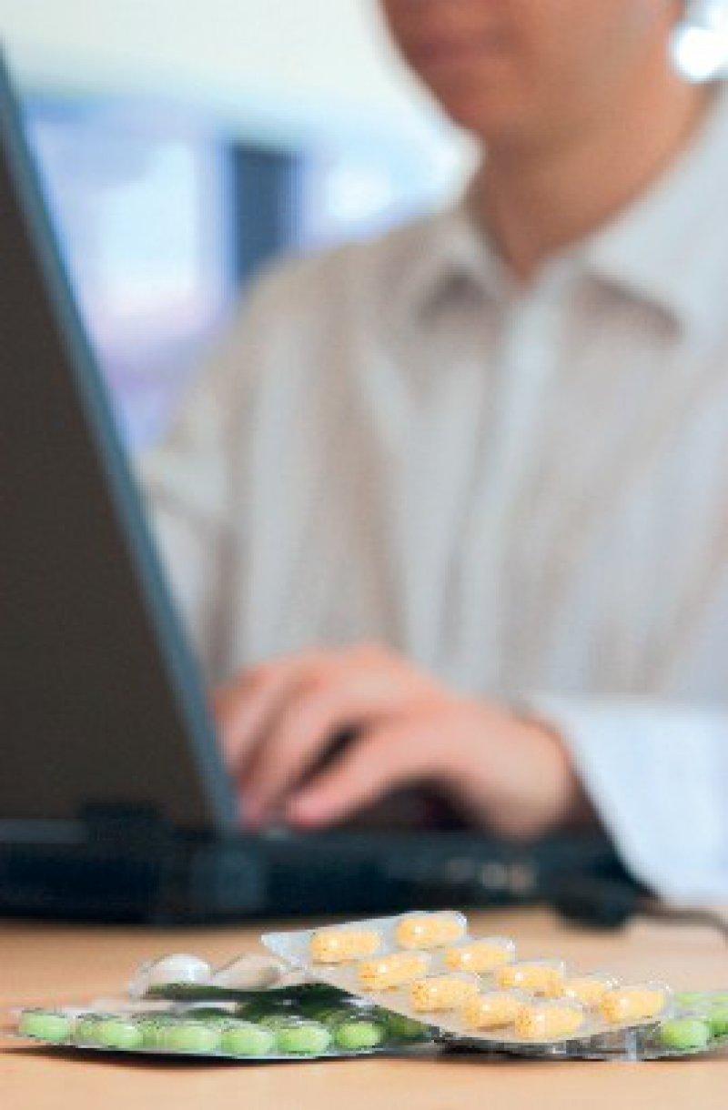Medikamente online bestellen – praktisch, aber riskant, denn für die Nutzer lässt sich nicht leicht prüfen, ob die Versandapotheke seriös und um die Lieferung sicherer Arzneimittel bemüht ist. Foto: picture-alliance/chromorange
