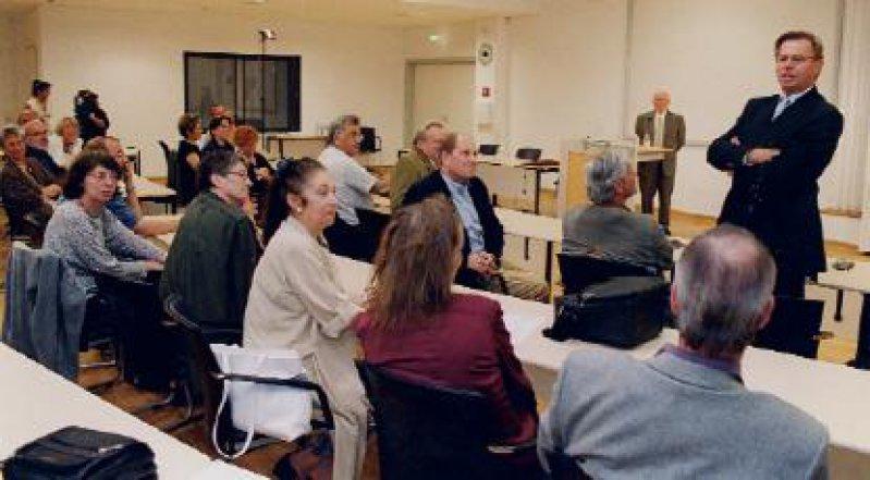 Vortragsreihe, verbunden mit einem Forschungsprojekt: Die KV Berlin geht der Rolle von Ärzten und Kassenärztlichen Vereinigungen in der NS-Zeit nach. Informationen zum Projekt sowie die Vortragstexte sind über das Internet erhältlich (www.kvberlin.de). Winaus Vortrag voran ging ein Beitrag von Prof. Dr. phil. Gerhard Baader über die Standespolitik im Vorfeld des Nationalsozialismus. Auf dem Bild: Richter-Reichhelm beim Auftakt der Veranstaltungsreihe (rechts), am Pult Baader. Foto: Burkhard Lange