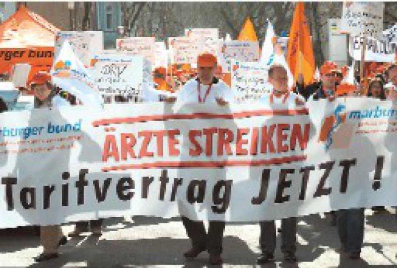 Demo in Bochum: Rund 300 Ärzte zogen am 19. März zum Sitz der DRV Knappschaft- Bahn-See. Foto: dpa