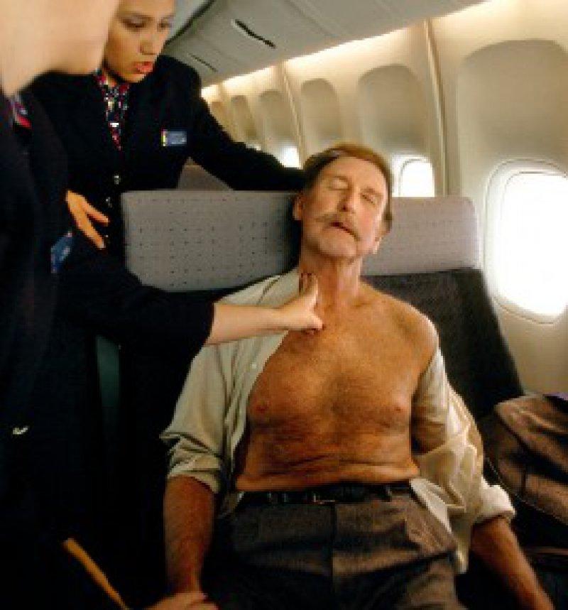 Ein Herzanfall in 12 000 Metern Höhe – die europäischen Fluggesellschaften sind immer noch nicht zur Mitführung eines Defibrillators verpflichtet. Foto: Mauritius Images