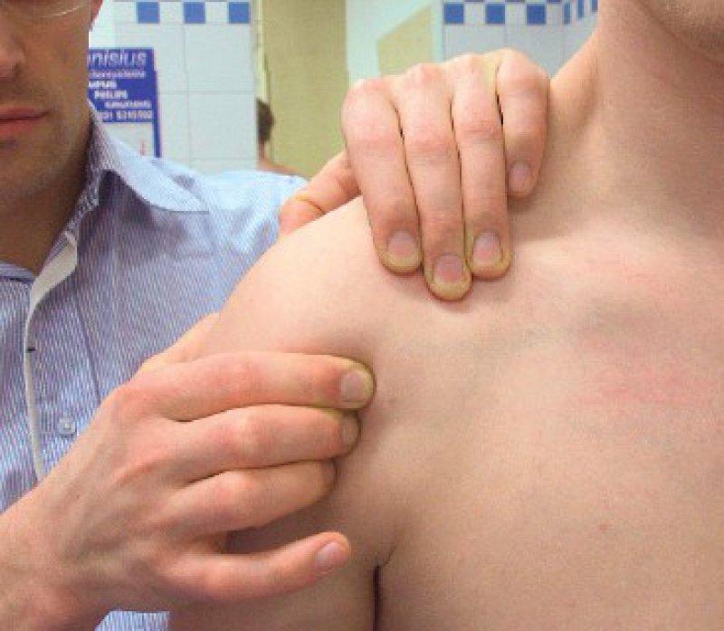 Codman-Griff zur klinischen Lokalisationsdiagnostik des Schulterschmerzes. Gegebenfalls lässt sich eine Krepitation palpieren. Fotos: Gekle, BG-Klinik Bergmannsheil, Bochum
