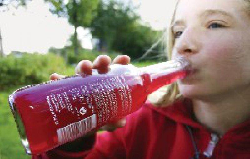 Der Griff zur Flasche ist für viele Jugendliche völlig normal. Foto: Keystone