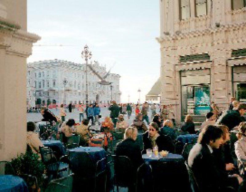 """Venezianische Tradition: Die Ursprünge der zahlreichen Kaffeehäuser gehen auf das 18. Jahrhundert zurück, als nach dem Beispiel Venedigs die ersten """"botteghe da caffee"""" eröffneten. Foto: Visum"""