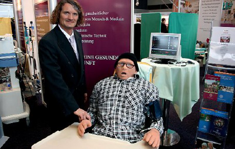 "Dr. Gernot Rücker präsentiert ""Igor"", den Patientensimulator des Uniklinikums Rostock. Foto: UKR"