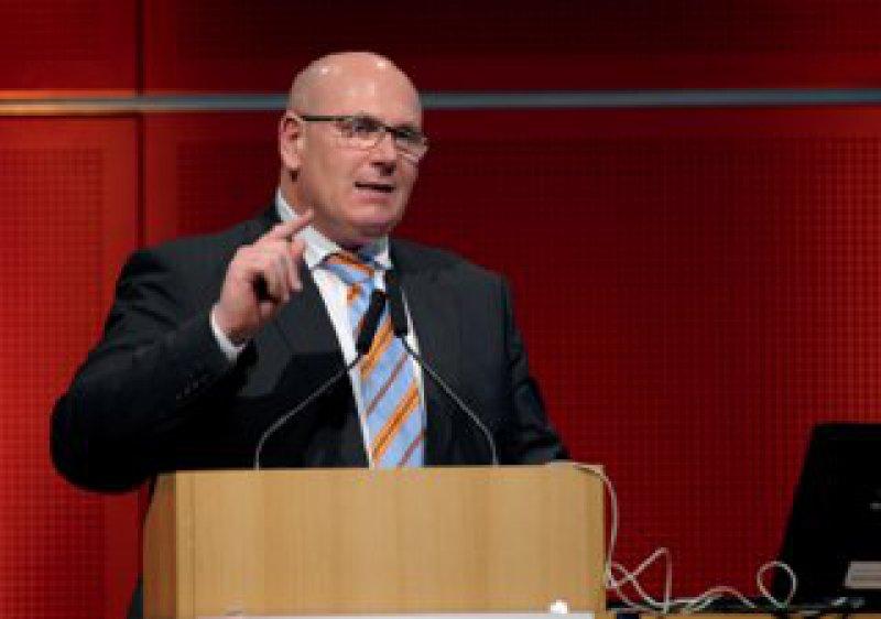 Fingerzeig Richtung Zukunft: Der KBV-Vorsitzende präsentierte ein überarbeitetes Konzept der Versorgungsebenen. Fotos: Jürgen Gebhardt
