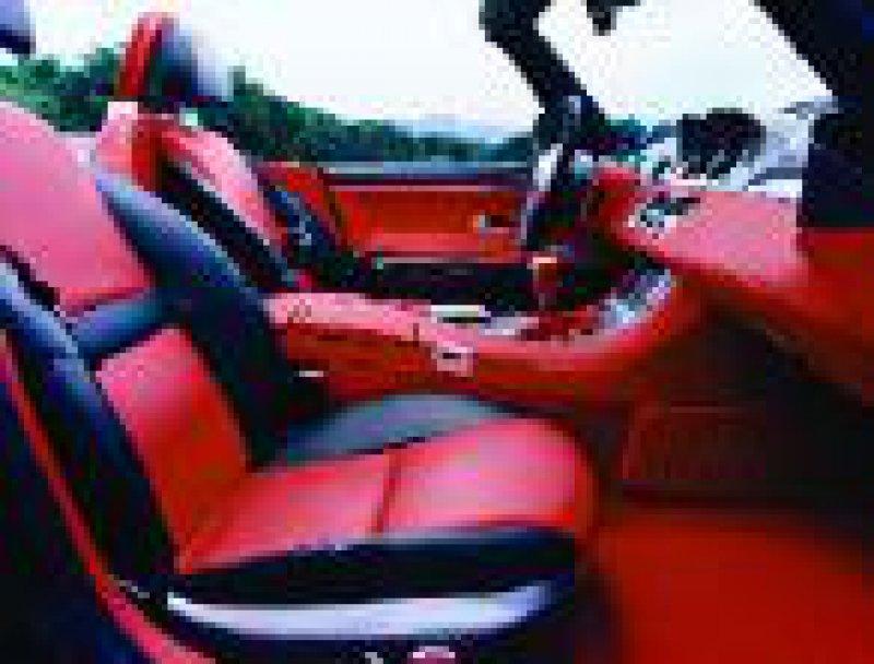 """Flotter Auftritt: Der Z8 wirkt elegant und sportlich. Rote Ledersitze machen den """"Hingucker"""" noch auffälliger. Fotos: BMW"""