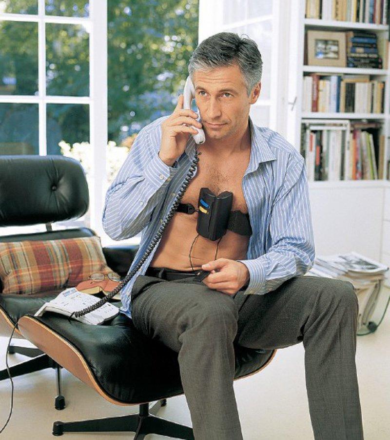 EGK-Messung im Sessel – Patienten messen ihre Vitaldaten, wie EKG und Blutdruck, selbst und senden diese an ein Telemedizinisches Zentrum. Fotos: SHL