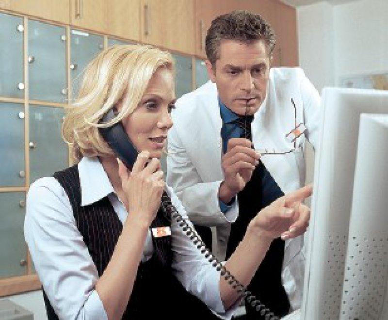 Telemedizinisches Zentrum – Die Vitalparameter der Patienten werden hier ausgwertert. Bei Abweichungen leitet das Zentrum entsprechende Maßnahmen ein.