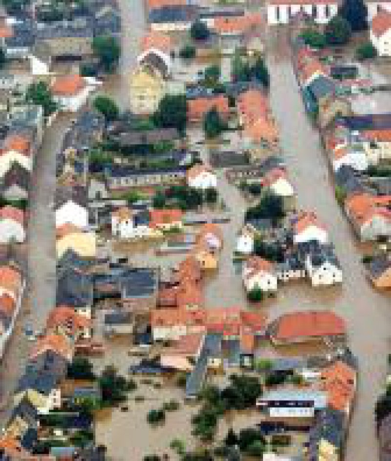 Foto: dpa (Luftaufnahme der sächsischen Stadt Grimma) Flutkatastrophe in Deutschland: Wichtig ist die Abstimmung unter den Helfern.