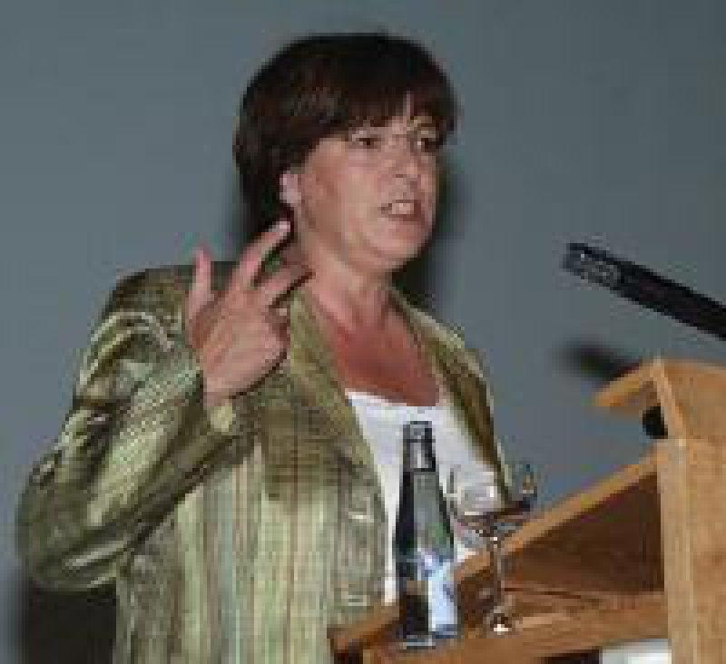 Freundlicher Applaus für die Bundesgesundheitsministerin: Ulla Schmidt (SPD) will die Rolle der Hausärzte weiter stärken. Fotos: Johannes Aevermann