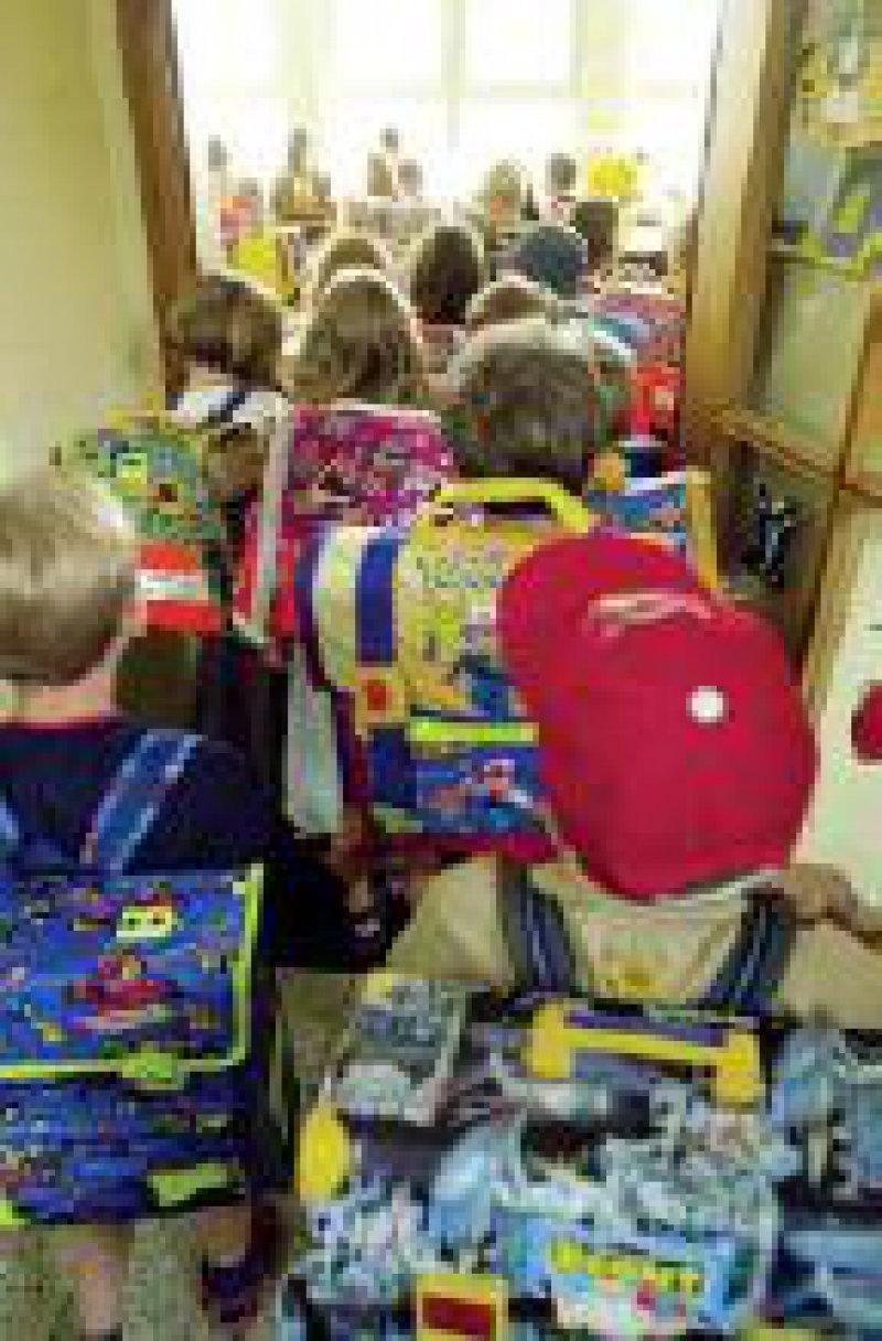 Vollgepackte Schulranzen können zu Haltungsschäden führen. Foto: ddp