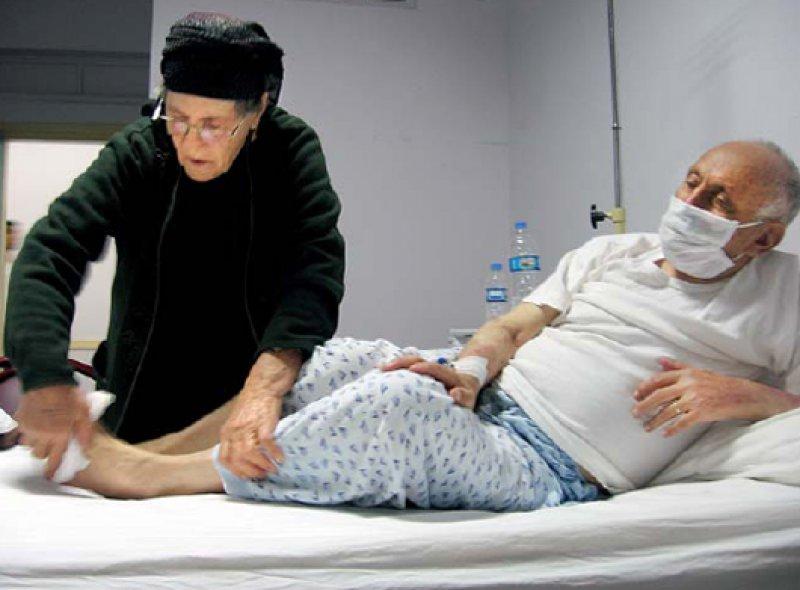 Stets umgeben von dem, was ihn am Leben hält: Ohne die Angehörigen wären die staatlichen Krankenhäuser in der Türkei funktionsunfähig.