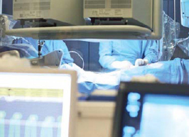 """Szene im OP: Speziell an Chirurgen wendet sich das Fortbildungsportal """"eCME-Center"""". Foto: BVMed"""