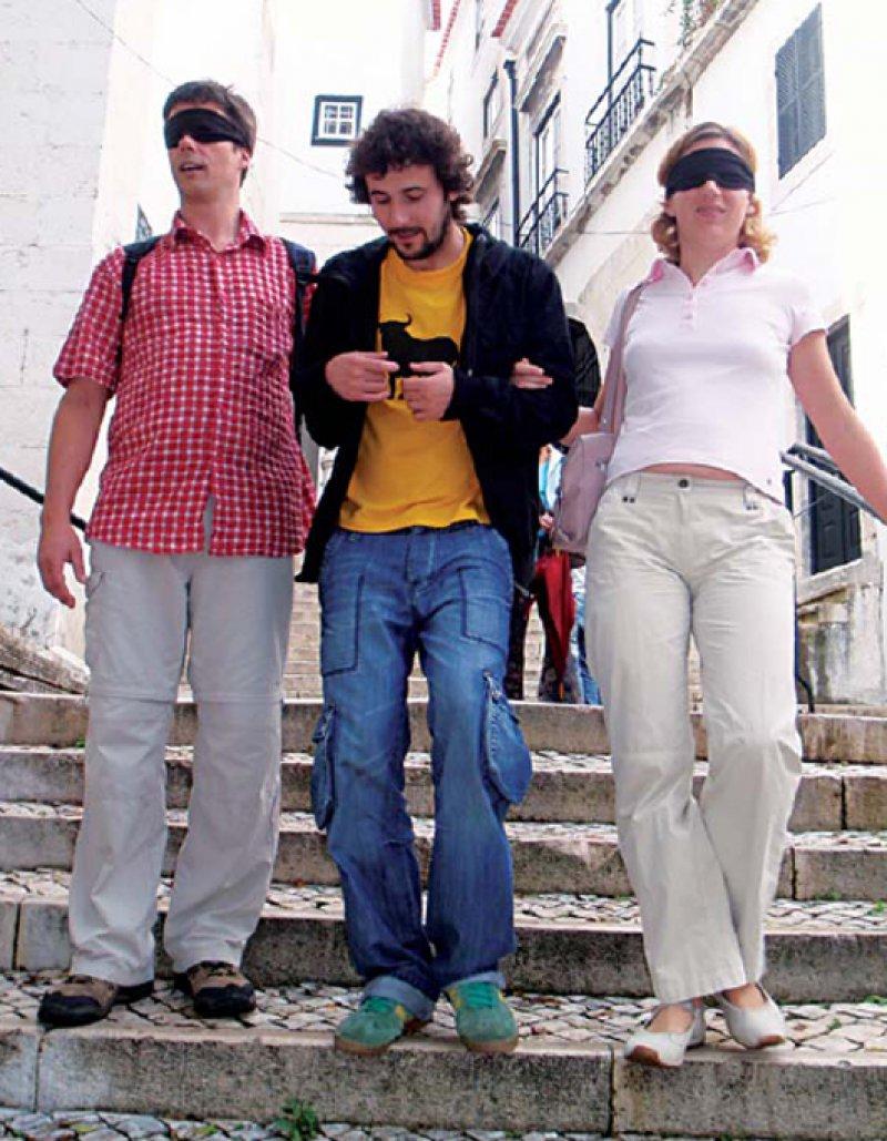 """Mit anderen Sinnen sehen: Je zwei """"Blinde"""" haken sich bei einem Begleiter ein, damit sie nicht fehltreten.Fotos: Renate V. Scheiper"""