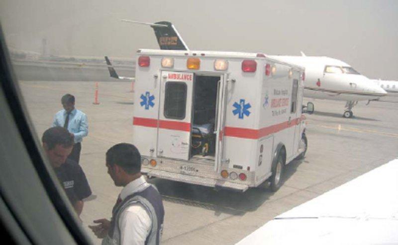 Für seine zahlungskräftigen Kunden organisiert das private Rettungsunternehmen auch Evakuierungsflüge, wie hier nach Dubai. Der Krankenwagen holt die Patienten auf dem Rollfeld ab. Fotos: Erika Kipping