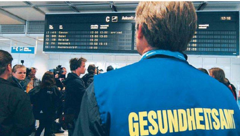 Woher kommen die Passagiere? Das ist die entscheidende Frage, um gezielt nach Reisenden und Flugpersonal mit verdächtigen Krankheitszeichen suchen zu können. Foto: picture alliance/SZ