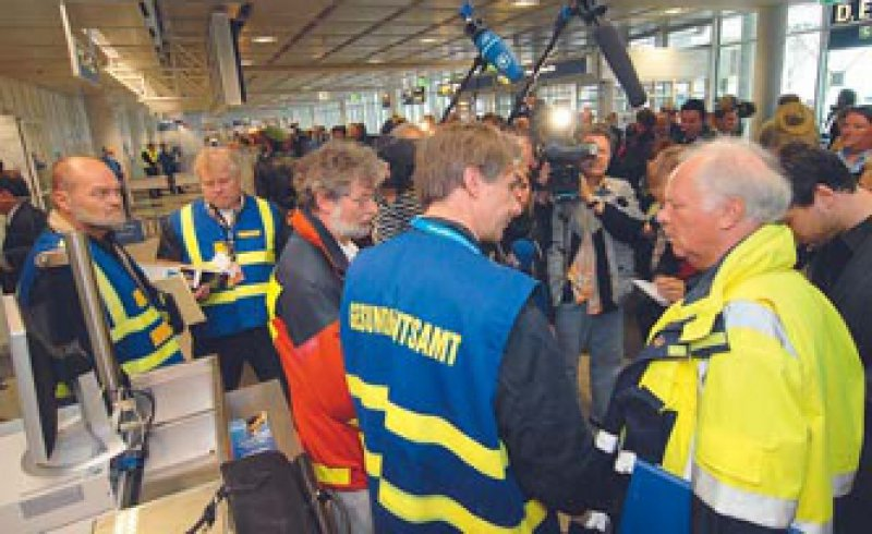 Übertriebener Schutz vor A/H1N1: Am Flughafen München werden im April 2009 die ersten Infizierten erwartet. Foto: picture alliance/SZ-Photo
