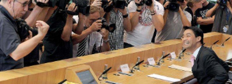 Gut gelaunt: Gesundheitsminister Rösler präsentiert den Einstieg in die Gesundheitsprämie. Foto: dpa