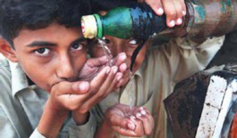 Sauberes Wasser ist in vielen Regionen Pakistans Mangelware. Foto: actionpress