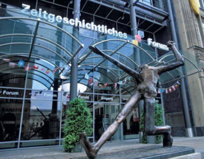 Der Jahrhundertschritt von Wolfgang Mattheuer am Eingang, Zeitgeschichtliches Forum, Leipzig