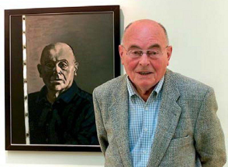 Der Leipziger Künstler Wolfgang Mattheuer steht vor seinem Selbstporträt von 1996 in der Ausstellung seiner Werke im Museum der bildenden Künste in Leipzig. Fotos: ullstein