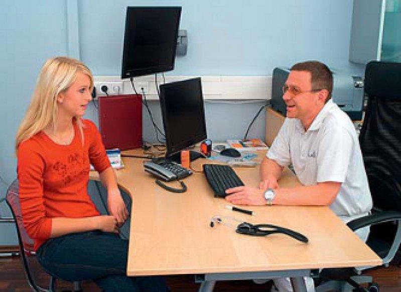 In regelmäßigen Mitarbeitergesprächen sollten Arzt und Mitarbeiterin diskutieren, welche Verbesserungen im Praxisalltag möglich sind. Foto: vario images