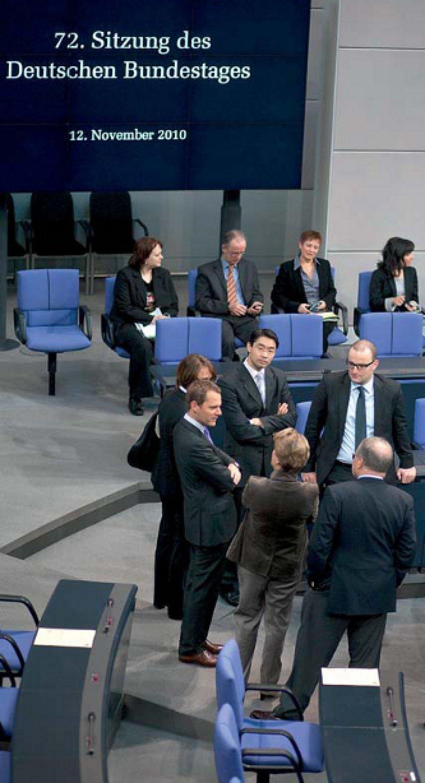 Gesetze für die Gesundheitspolitik: Philipp Rösler mit Kollegen am Tag der Abstimmung des GKV-Finanzierungsgesetzes. Foto: action press