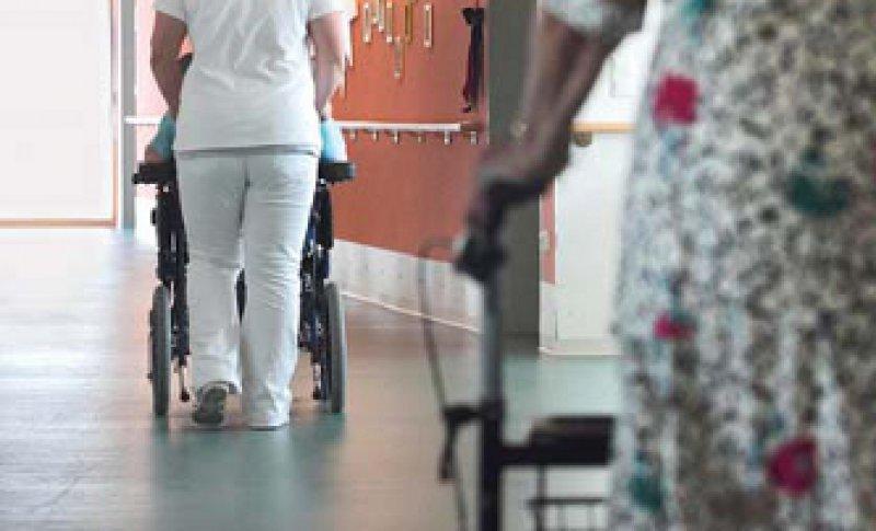 Die Pflegeversicherung soll im kommenden Jahr reformiert werden. Foto: dapd