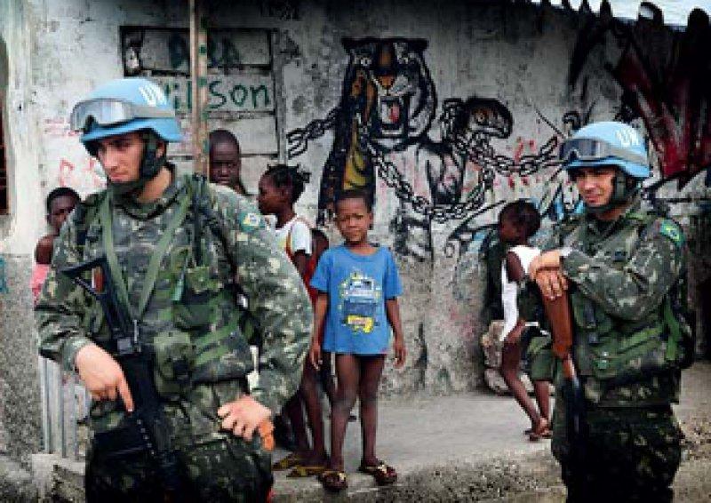 Die Lage stabilisieren: Soldaten der Vereinten Nationen patrouillieren in den Straßen der Cité de Soleil. Foto: Picture Aliance