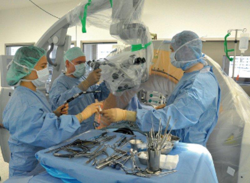 """Der """"O-Arm"""" im Einsatz im neurochirurgischen Operationssaal des Universitätsklinikums Würzburg. Foto: Universitätsklinik Würzburg"""