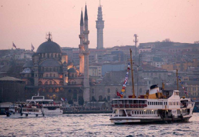 Megastadt Istanbul: Im Ramadan ist der Sonnenuntergang das Zeichen zum Fastenbrechen. Tagsüber wird in den zahlreichen Straßencafés höchstens den Reisenden aufgetischt. Fotos: mauritius images