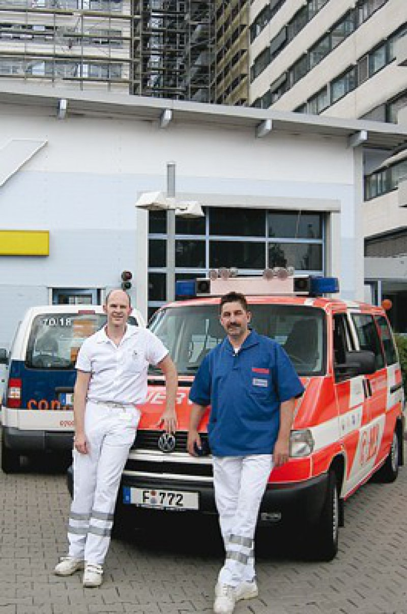 Ein eingespieltes Team: Notarzt Christoph Buchhold und Rettungsassistent Jörg Scherber (von links) vor dem Notarzteinsatzfahrzeug (NEF)