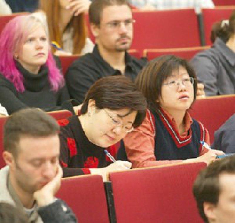 Ausländische Medizinstudenten gehen nach dem Studium häufig in ihr Land zurück. Foto: ddp