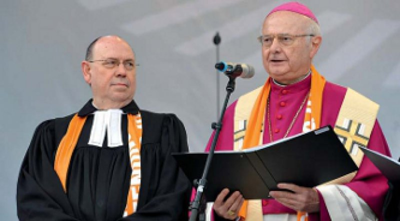 Pfuscht man mit PID Gott ins Handwerk? Der Ratsvorsitzende der EKD, Nikolaus Schneider (links), und der Vorsitzende der Bischofskonferenz, Robert Zollitsch, sind sich da nicht einig. Foto: ddp