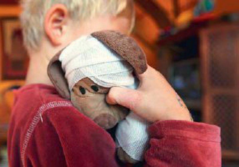 Als Kind missbraucht – Für die Opfer soll es einen Hilfsfonds geben, aus dem Therapien finanziert werden können. Foto: picture-alliance