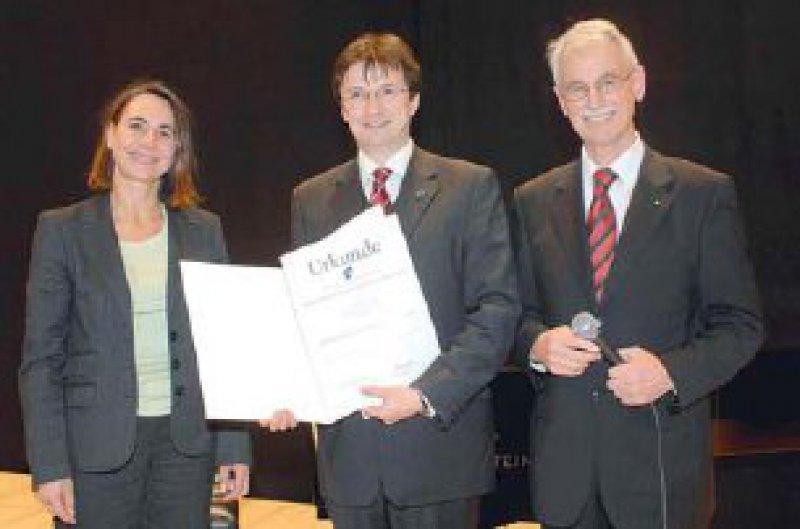 Tanja Stumpp, Peter Schwarz und Werner A. Scherbaum (von links) Foto: Medica e.V., Stuttgart