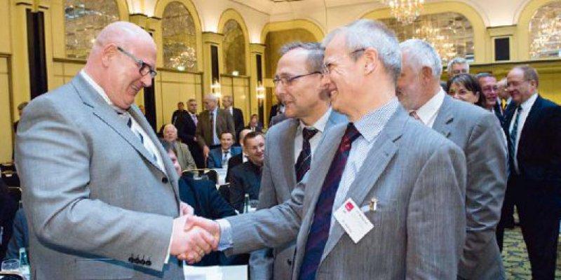 Händedruck für den neuen alten Vorsitzenden: Die Mitglieder der KBVVertretersammlung haben sich eingereiht, um Andreas Köhler (l.) zur Wiederwahl zu gratulieren. Foto: Svea Pietschmann