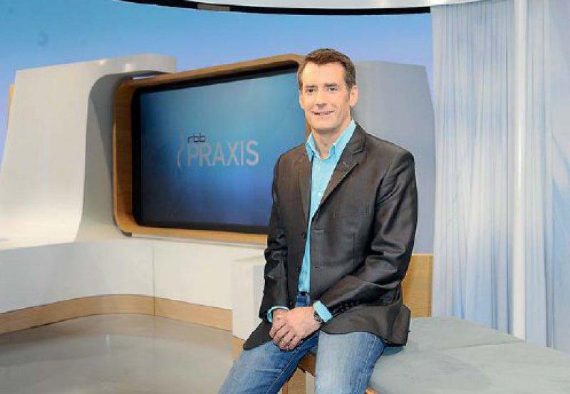 """RBB-Praxis-Moderator Thomas Kurscheid – im Hintergrund das durch Vorhang abgetrennte """"Sprechzimmer"""" auf der Studiobühne. Foto: rbb/Oliver Ziebe"""