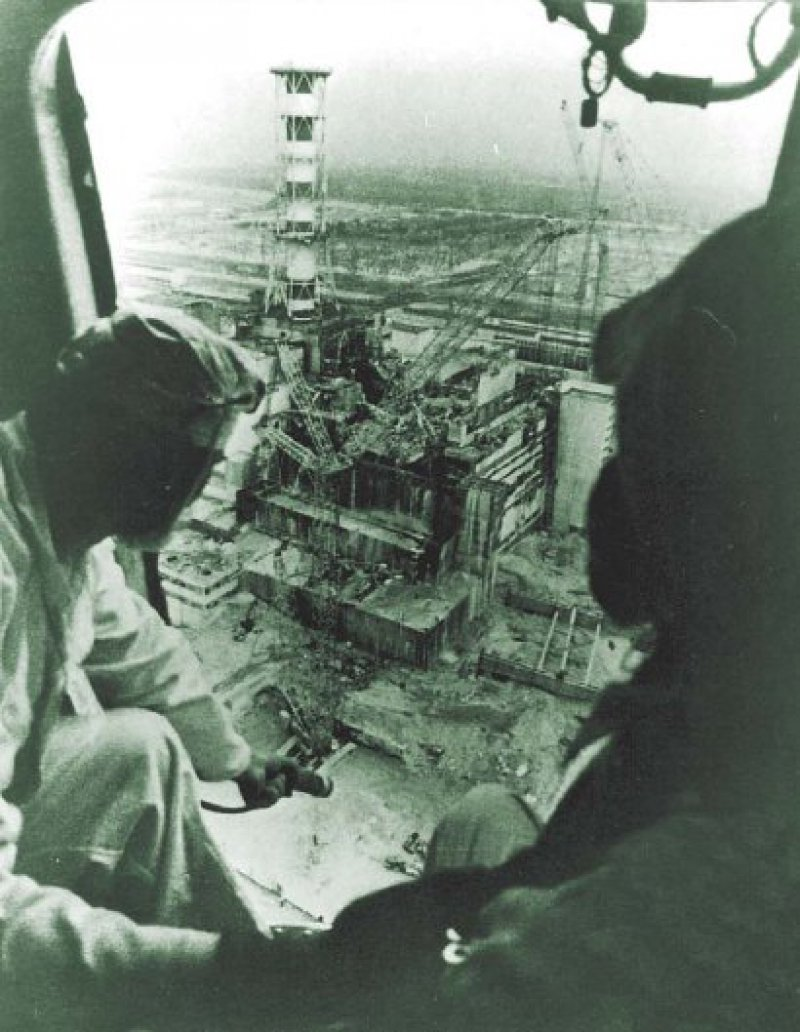 Tschernobyl 1986: Durch mehrere Explosionen ist die Betonabdeckung des Reaktorblocks abgesprengt worden, so dass der Kernreaktor offen liegt und große Mengen radioaktiven Materials in die Umwelt bläst. Foto: Keystone