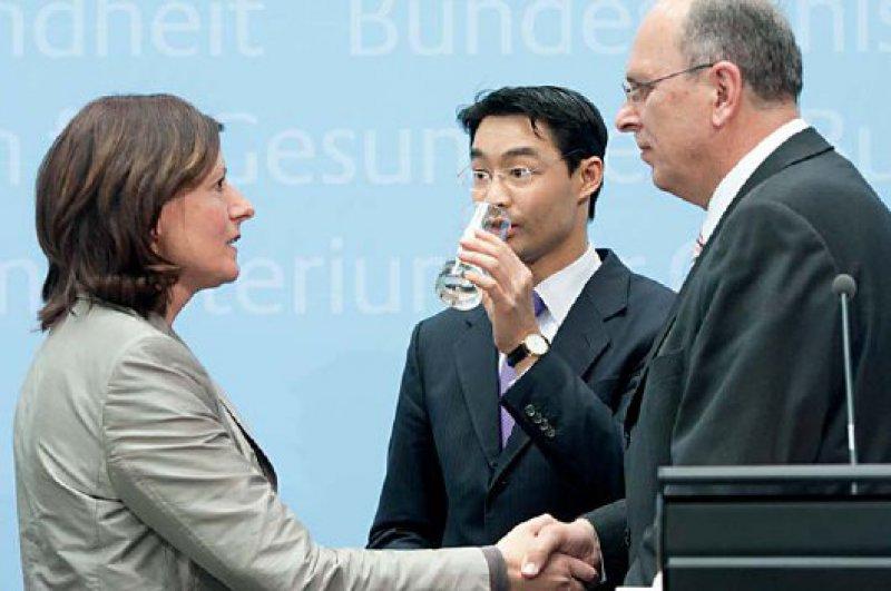 Philipp Rösler (Mitte) braucht ein Glas Wasser – nach langen Verhandlungen mit den Landesvertretern Malu Dreyer (SPD) und Stefan Grüttner (CDU) über das Versorgungsgesetz. Foto: dpa