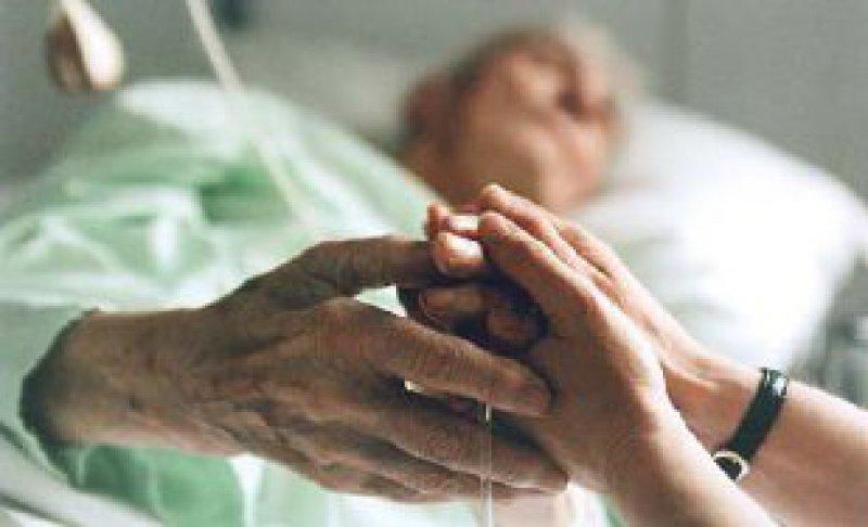 In der Betreuung Todkranker engagieren sich bundesweit etwa 80 000 Ehrenamtliche. Foto: Joker