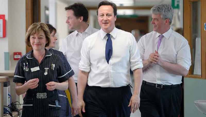 """Chefsache Gesundheitsreform: Premierminister David Cameron (M.) beim Ortstermin im Frimley Park Hospital in Surrey. Er will den NHS """"radikal modernisieren"""". Foto: picture alliance"""
