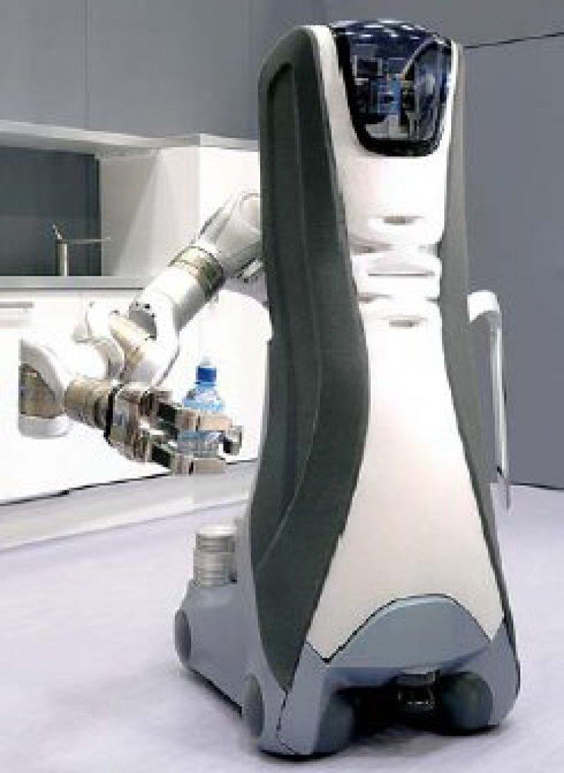 """Der Serviceroboter """"Care-0-bot"""" hält eine Flasche. Er kann auch sprechen, schwere Kisten tragen und Wasser holen. Foto: dpa"""