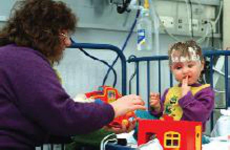 Die schwere Erkrankung des Kindes ist für Eltern ein kritisches Lebensereignis. Foto: epd