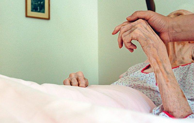 Angehörige berichten von Problemen bei der Versorgung von Palliativpatienten – unter anderem von durch Schmerztherapie hervorgerufener Benommenheit und der Tabuisierung von Sterben und Tod. Foto: Picture Alliance